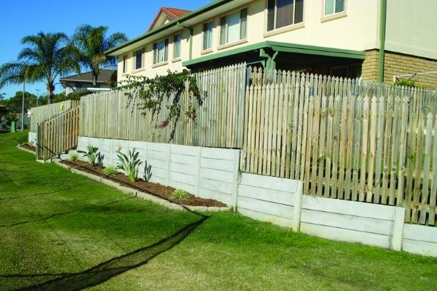 Durawall retaining wall replaced in Beenleigh completed with timber fence